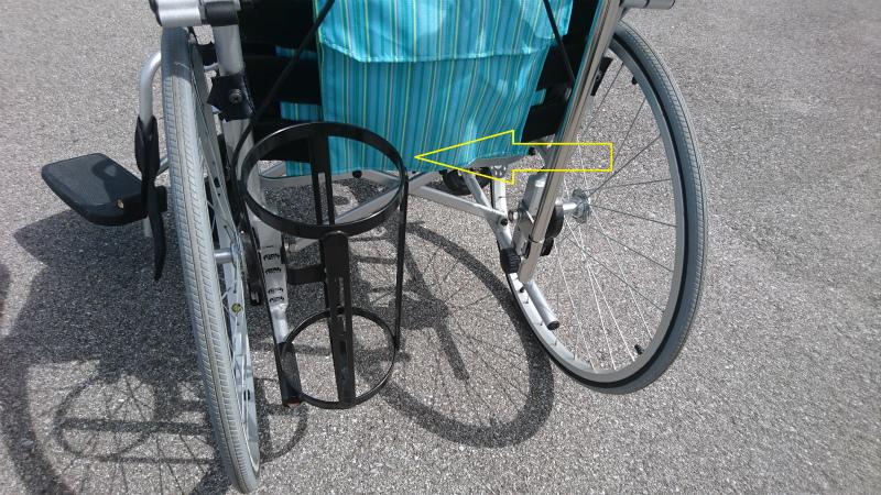 当社のスタンダード車椅子に取り付けた酸素ボンベケース
