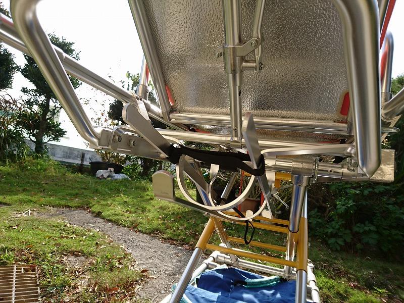 酸素ボンベを収納するケースが 頭部クッションの真裏に。