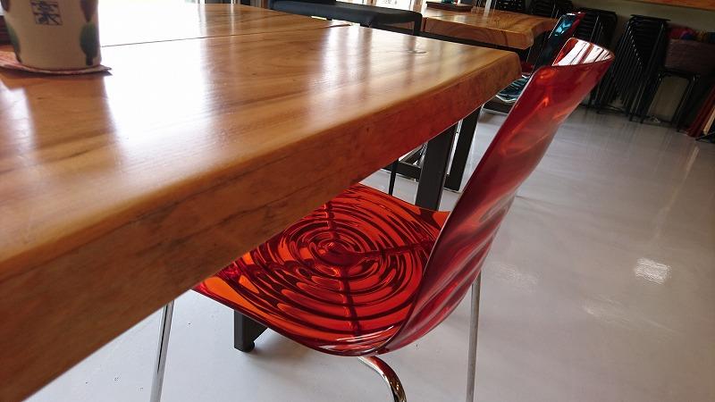 椅子の色合いも美しいです。