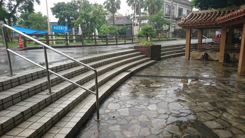 残念ながら車椅子ユーザーはその大いなる泉に触れにくい構造ですね。
