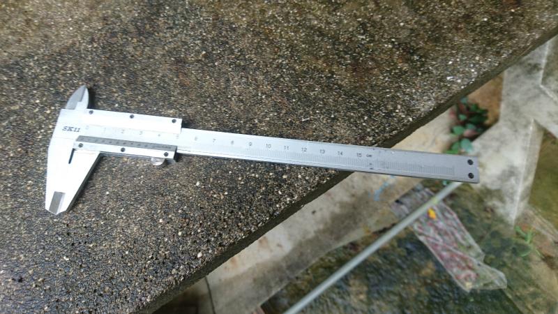 ノギスという測定機器を使ってタイヤ溝の深さを測ります。