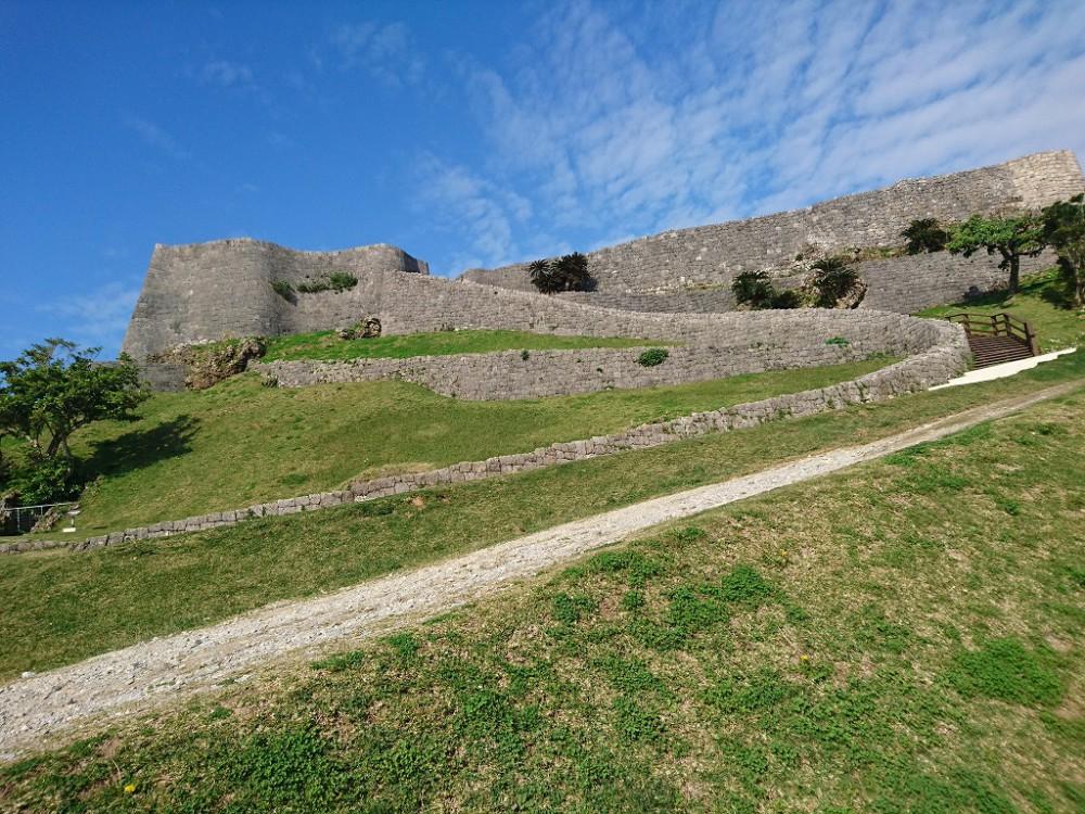 勝連グスク。沖縄のグスクは城壁の流線形に特徴があります。