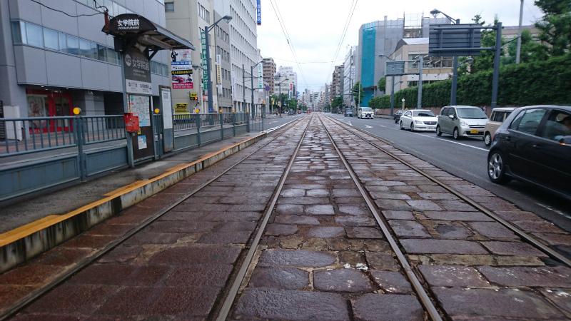 確か、全国でも道路内に電車が走っているのは広島だけだったような。