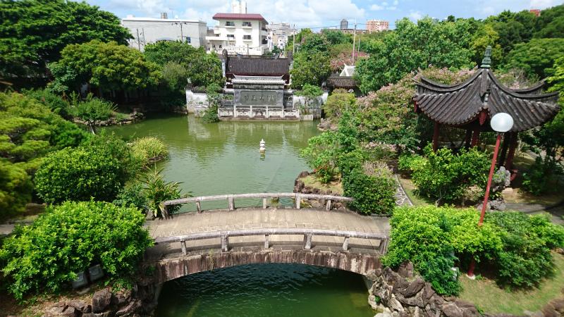 さっきの流水が流れる『治亭』横の石段を登っての見晴らし画像。