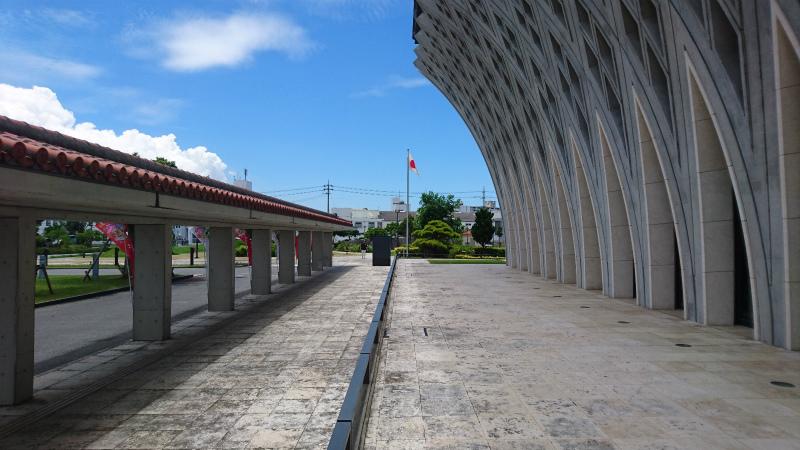 琉球赤瓦の伝統と無機質コンクリとの融合がニクイね。