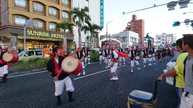 サンライズホテル前の下り車線を封鎖してエイサー演舞