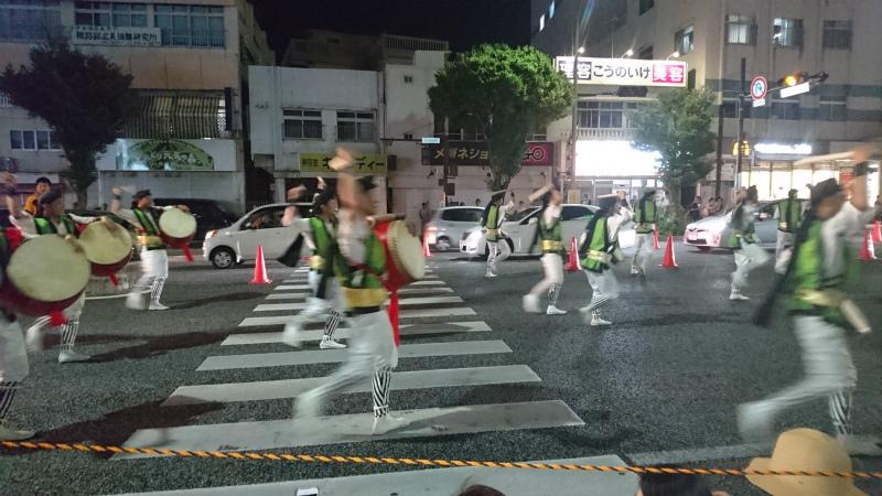 横断歩道で太鼓持って踊るなんて年に一回の晴れ舞台でしょう。