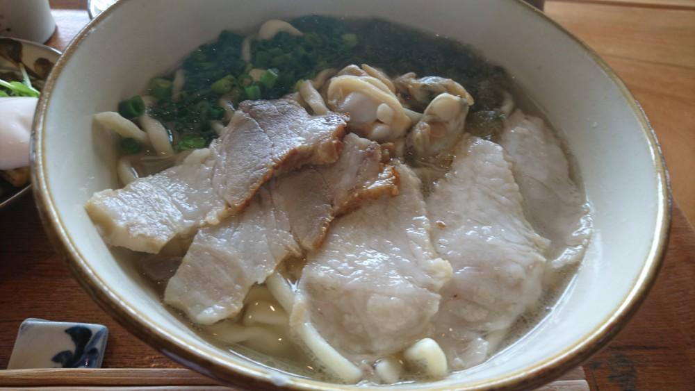 塩漬け(スーチカ―)の豚肉とアーサーとあさりがトッピング。