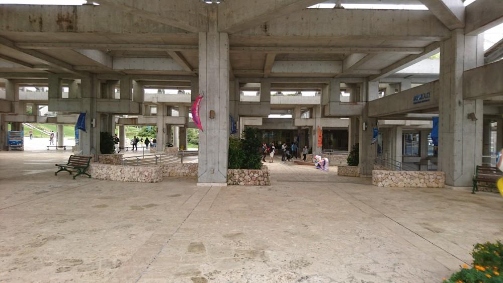 更に進めば右手側に水族館へのエレベータやエスカレータが完備されてます。