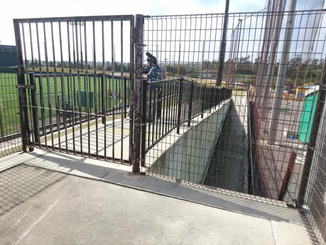 こちらは一塁側からスロープを登ったところ