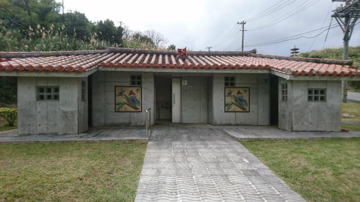 頂上・駐車場付近にトイレが。
