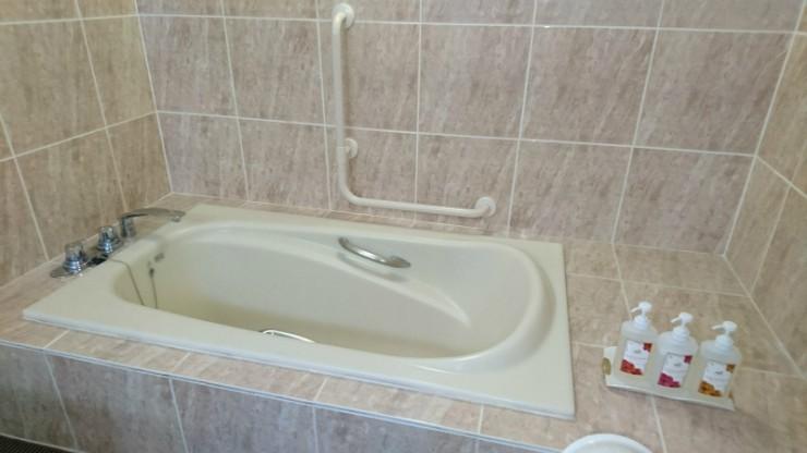 右側の空きスペースが浴槽へのアプローチにありがたい。