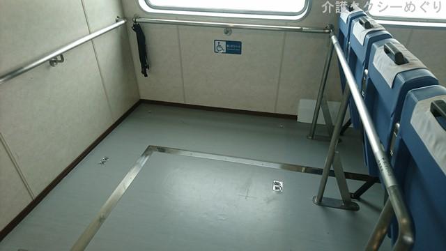 車椅子ユーザー指定席は2か所。(固定バンドあり)