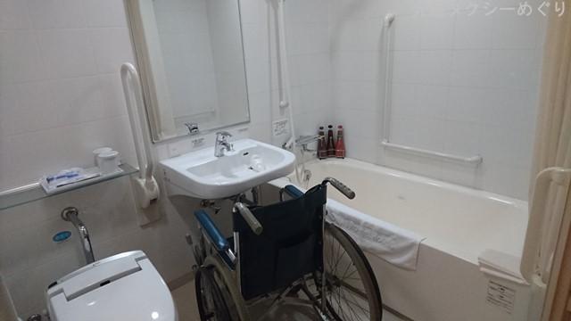 洗面台もアプローチがバッチリ。足元もすっぽり納まります。