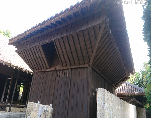 米を納める高倉。2階の穀物を守る為にねずみ返しが施されています。