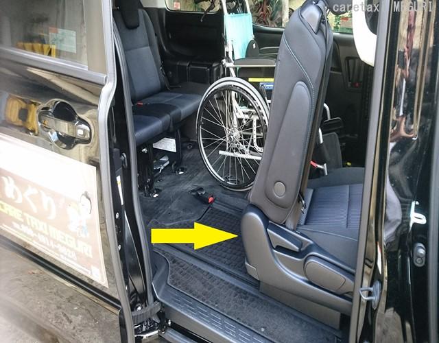→開口部:440ミリの余裕で後部座席への乗降が大変ラクに行えます。