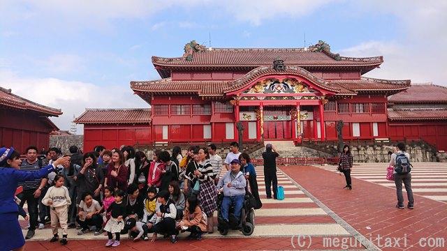 首里城正殿前と人々