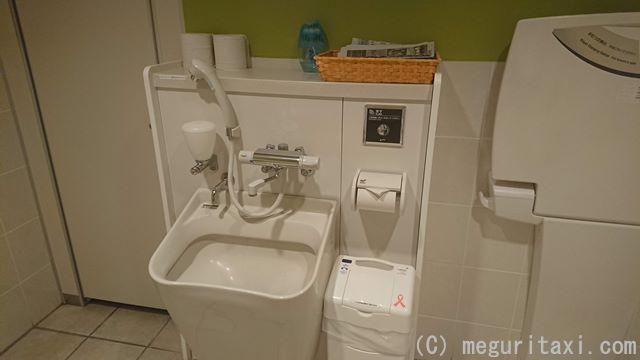 オリオンハッピーパーク1階 多目的トイレ内オストメイト設備