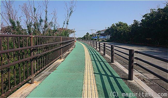 久高港から海運事務所までつながる坂道