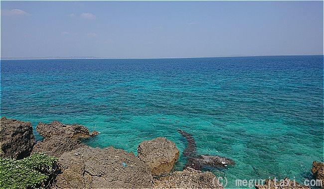 久高島ロマンスロードから見えるウティ浜ちかくの海