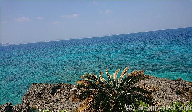 久高島ロマンスロードから見えるキレイな海