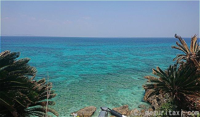 久高島・ヤグルカーから見えるコバルトブルーの海