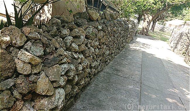 久高島の街並み 琉球石灰岩の外壁