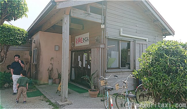 久高島での昼食 お食事処とくじんの入り口