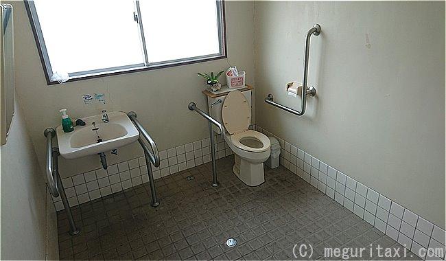 安座真港・車いすトイレ