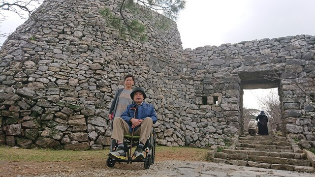 今帰仁城址・城門前の車椅子ユーザー旦那と奥様