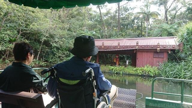 ビオスの丘・湖水観賞舟にのる車椅子ユーザー