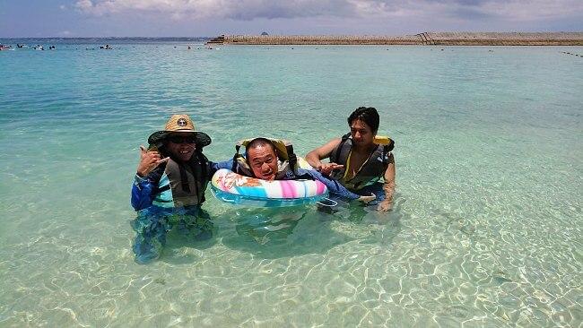 車椅子ユーザーと水納島で泳いだ